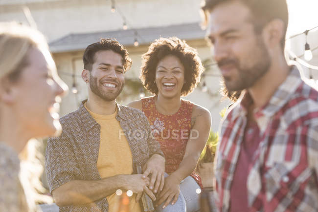 Друзів на даху партії при яскравому сонячному світлі — стокове фото