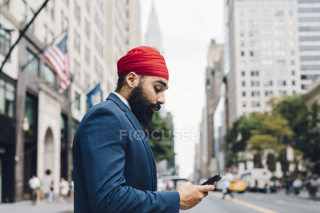 Indian businessman using smartphone in Manhattan, NY, USA — Stock Photo