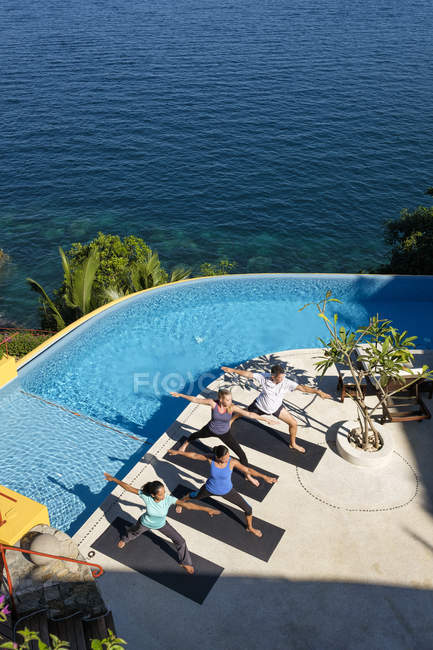 Vista elevada no grupo de ioga no resort à beira-mar — Fotografia de Stock