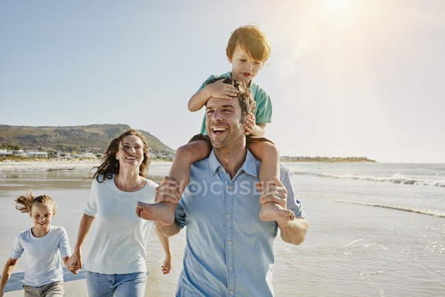 Портрет посміхаючись, Сімейні прогулянки на пляж — стокове фото