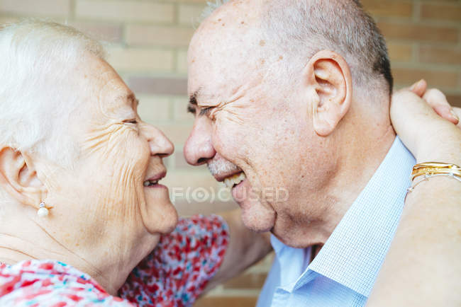 Laughing senior couple face to face — Stock Photo