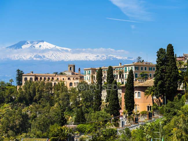 Живописный пейзаж с видом на прибрежные города и горы на фоне, Сицилия, Италия — стоковое фото