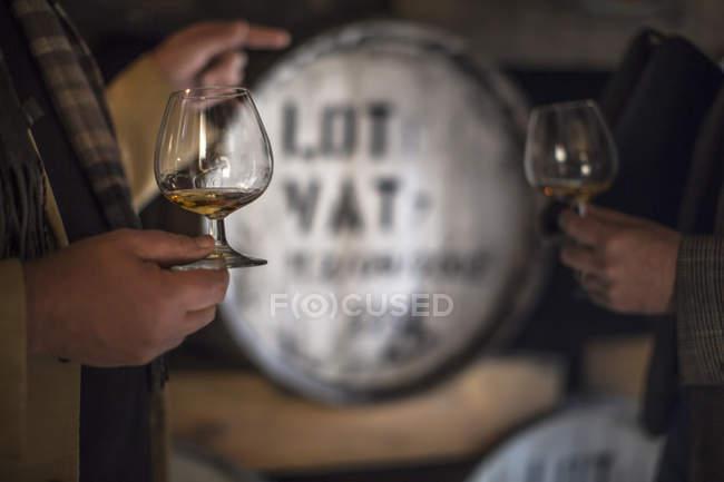 Close-up de dois homens degustando uísque na destilaria — Fotografia de Stock
