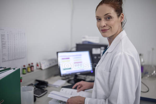 Portrait of smiling caucasian woman in lab — Stock Photo