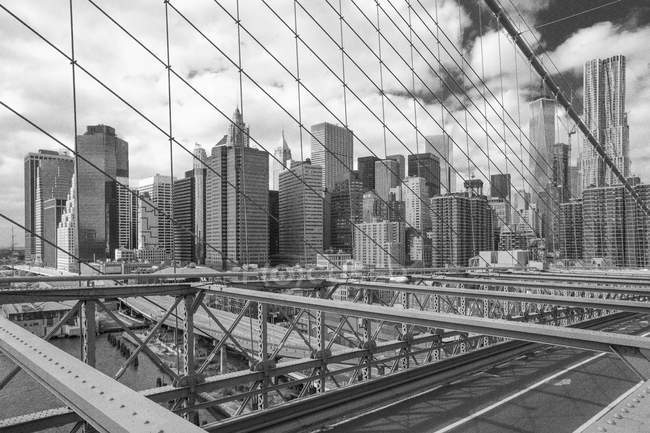 USA, New York, Black and White Brooklyn Bridge and skyscrapers on background — Stock Photo