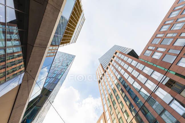 Vista de ángulo bajo de edificio moderno contra el cielo durante el día - foto de stock