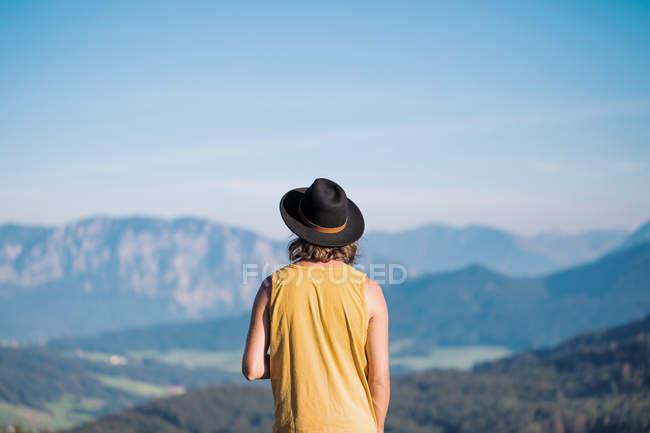 Austria, Mondsee, Mondseeberg, vista posteriore di giovane uomo che porta un cappello — Foto stock