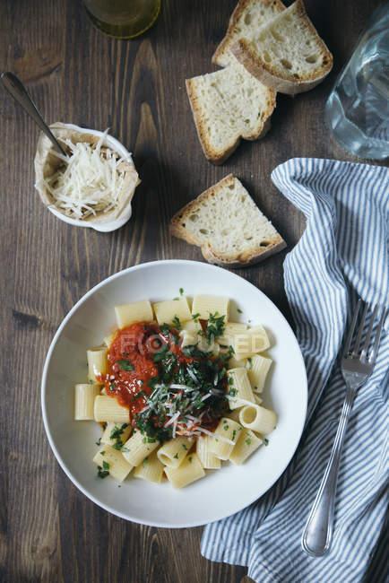 Паста с томатным соусом на тарелку — стоковое фото