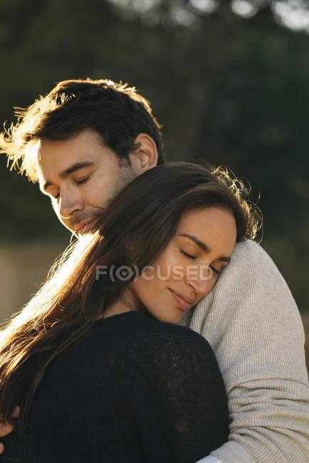 Glückliches Paar in Liebe umarmt im freien — Stockfoto