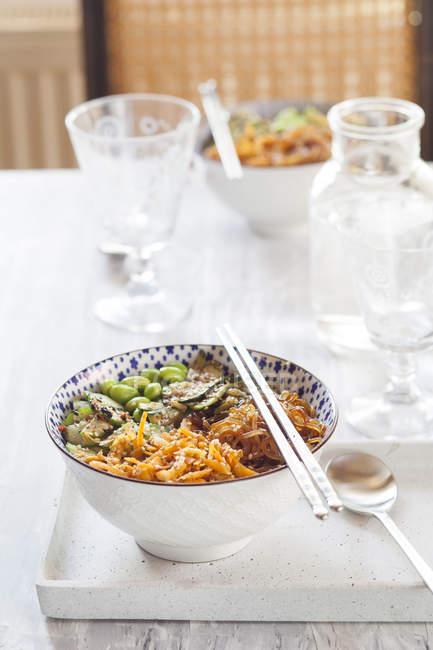Миска будды Edamame, огурец, морковь, кабачки, Сиратаки лапшой и кунжутом — стоковое фото