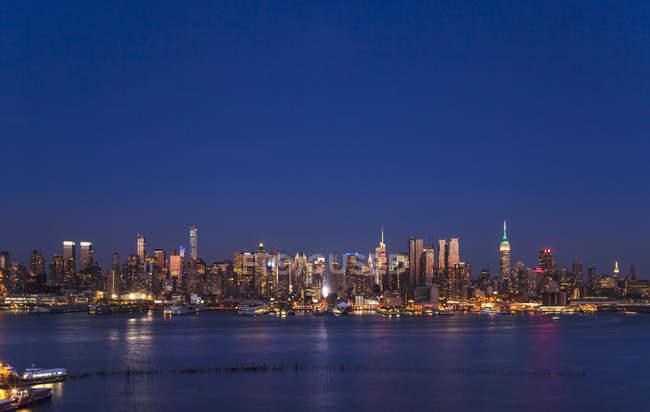 Paisaje de Estados Unidos, Nueva York, Midtown Manhattan en la noche - foto de stock