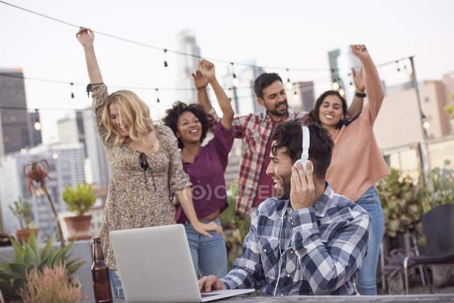 Друзья танцуют на вечеринке на крыше, Лос-Анджелес, США — стоковое фото