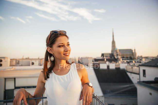 Портрет Австрії, Відень, усміхнений молоду жінку на даху на захід сонця з Стефансдом у фоновому режимі — стокове фото