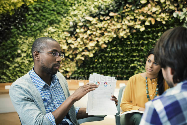 Молодий ділових людей обговорювати перед Зелена рослина стіни — стокове фото