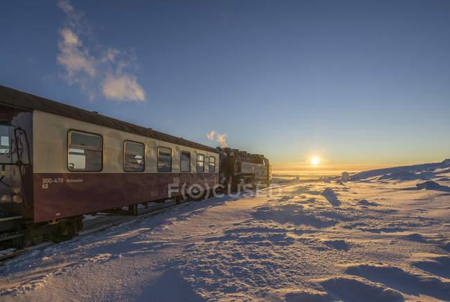 Alemania, Sajonia-Anhalt, Parque Nacional de Harz, Brocken ferrocarril en noche de invierno - foto de stock