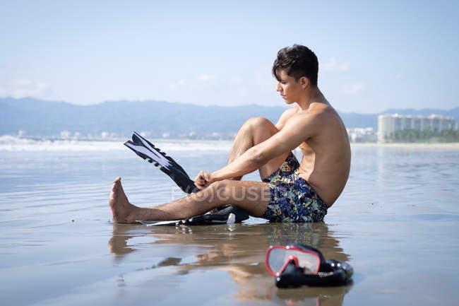 Mexico, Nuevo Vallarta, Riviera Nayarit, young man getting ready for snorkeling at the beach — Stock Photo