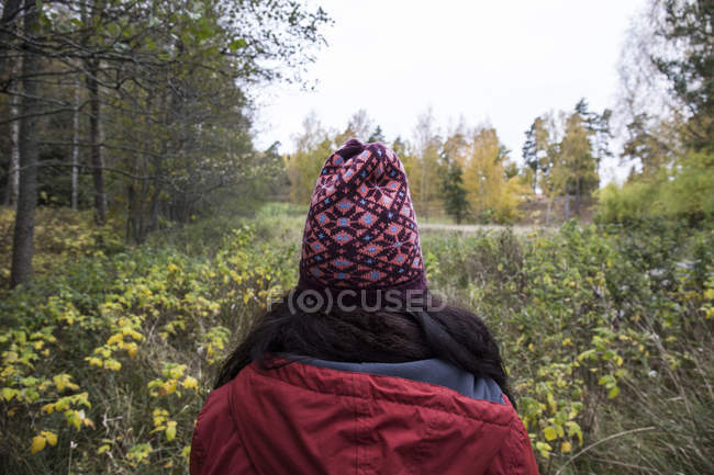 Back view of woman wearing patterned wooly hat in nature — Stock Photo