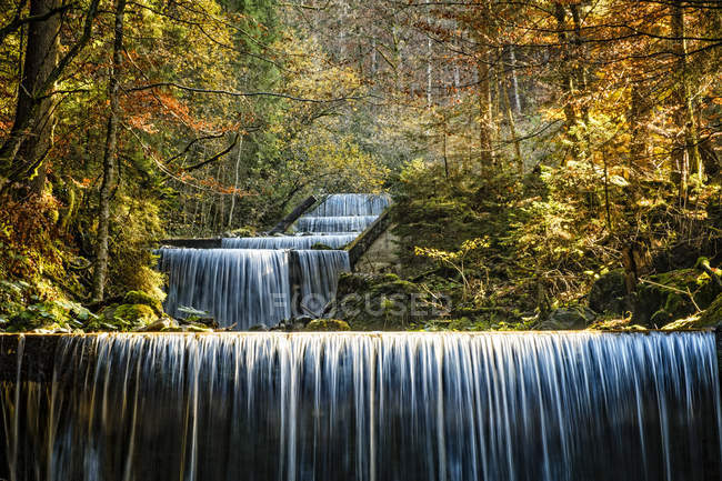 Германия, Райхенбах, Гайссалптобель, вид на водопад в дневное время — стоковое фото