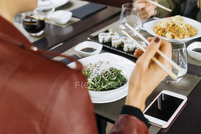 Крупным планом друзей вместе еды в ресторане — стоковое фото