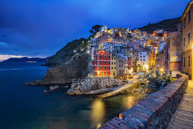 Italy, Liguria, province of La Spezia, city view of Riomaggiore at dawn — Stock Photo