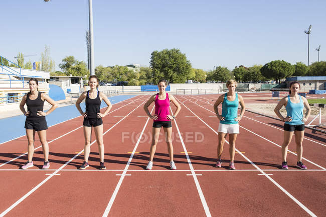 Läuferinnen stehen am Start auf der Tartanbahn — Stockfoto