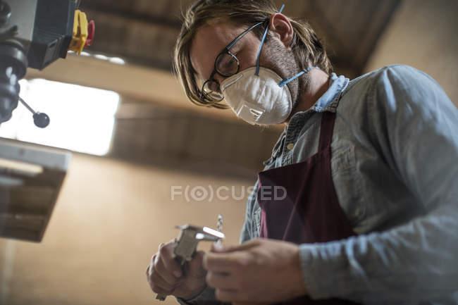 Handwerker in Brillen arbeiten in Holz — Stockfoto