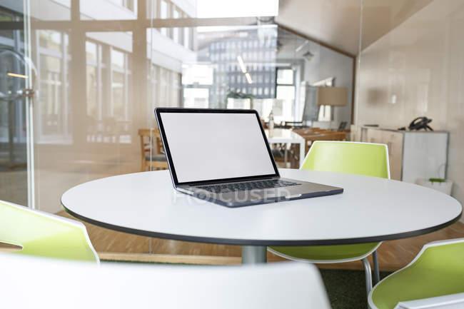 Ordinateur portable placé sur la table dans un bureau moderne — Photo de stock