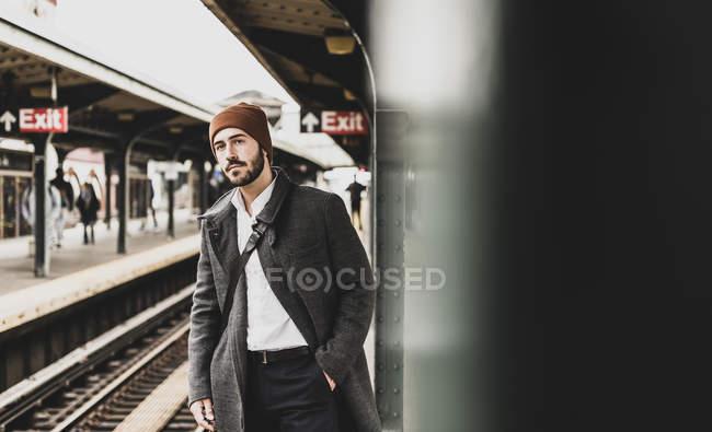 Молодой человек, ожидающих на платформе станции метро — стоковое фото