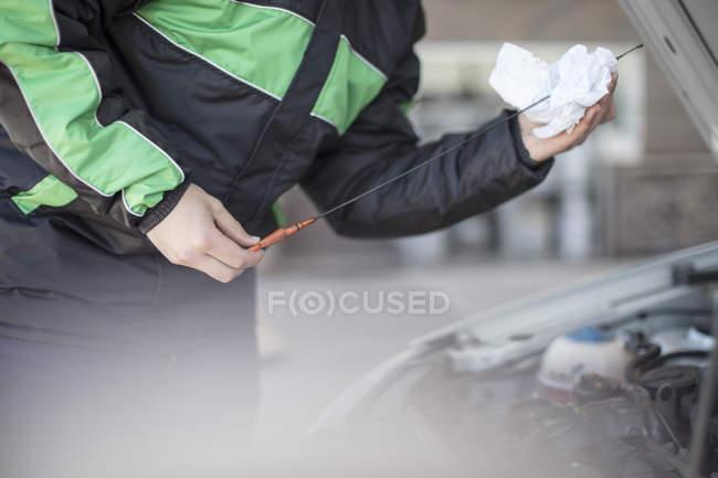 Accompagnateur d'essence vérifie l'huile moteur de voiture à la station de carburant — Photo de stock