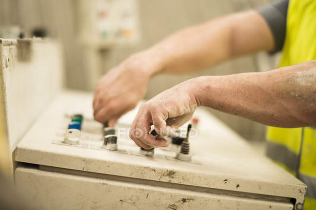 Primo piano dell'operaio operativo pannello di controllo nel corridoio della fabbrica — Foto stock