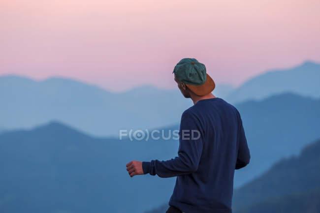 Austria, Mondsee, Mondseeberg, vista trasera del hombre que llevaba un basecap al atardecer - foto de stock