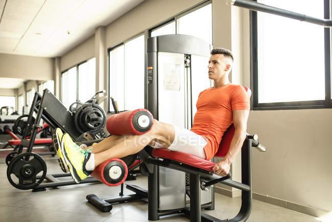 Jeune homme muscle crural formation — Photo de stock