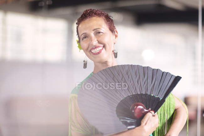 Молодая женщина-танцовщица в танцевальном классе — стоковое фото