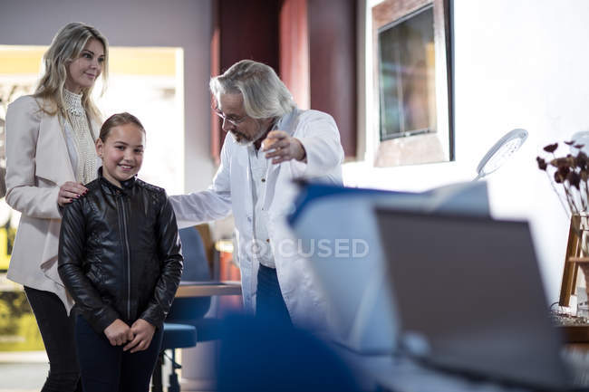 Doctor greeting patients in medical practice in medical clinic — Stock Photo