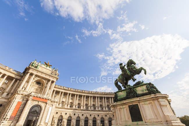 Vista del Palazzo Hofburg e la statua del principe Eugene della Savoia, primo piano, Austria — Foto stock