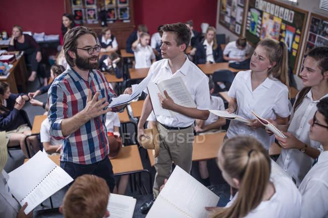 Театральний викладач провідних студенти, буклети — стокове фото