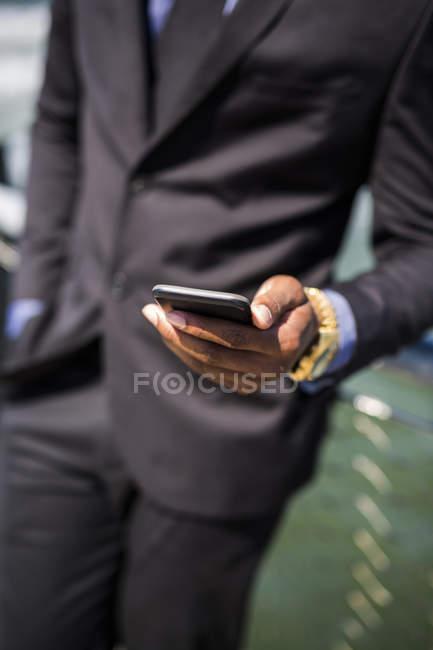 Mão do empresário segurando o telefone celular, close-up — Fotografia de Stock