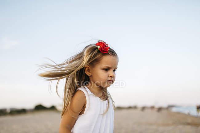 Cute caucasian little girl having fun on sandy beach — Stock Photo