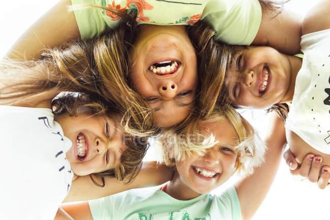 Ritratto di quattro ragazze felici in piedi testa a testa — Foto stock