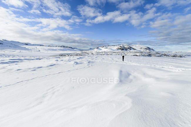 Снежный пейзаж с пешеходной одинокий человек, Исландия — стоковое фото
