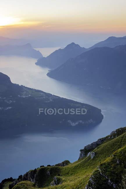 Suiza, Cantón de Schwyz, Fronalpstock, vista al lago de Lucerna al atardecer - foto de stock