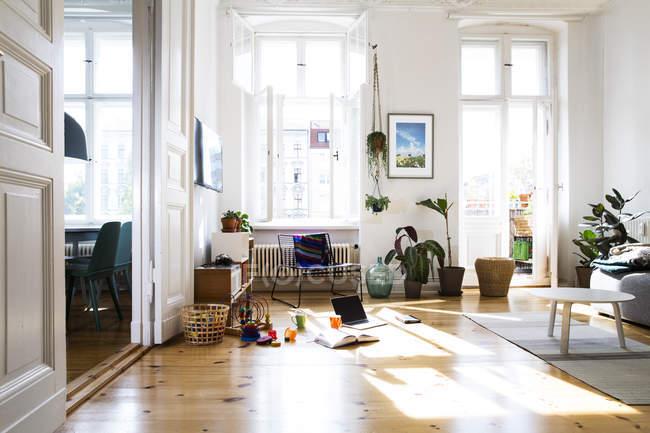 Дневной вид на квартиру при солнечном свете с едой и напитками на полу — стоковое фото