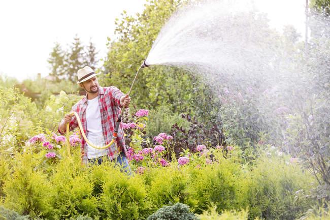 Bewässerung von Pflanzen in der Gärtnerei Gärtner — Stockfoto