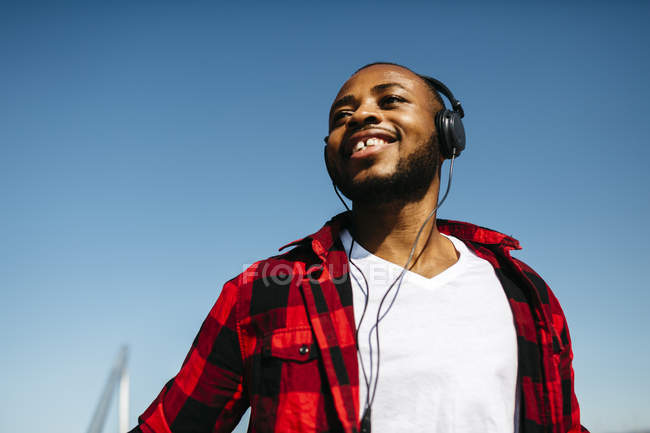 Усміхнений чоловік, прослуховування музики — стокове фото