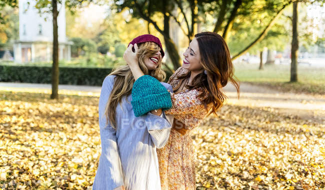 Two best friends having fun in a park in autumn — Stock Photo