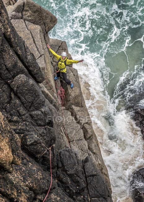 Großbritannien, Cornwall, Frau mit ausgestreckten Armen auf Kommando Ridge — Stockfoto