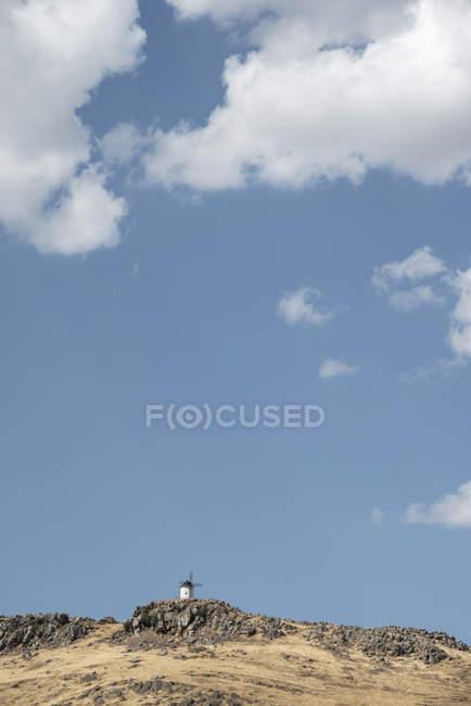 Espagne, Ciudad Real, moulin historique sur une colline avec ciel nuageux en arrière-plan — Photo de stock