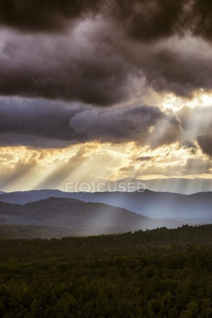 EUA, Virginia, skay dramático sobre Blue Ridge Mountains no crepúsculo — Fotografia de Stock
