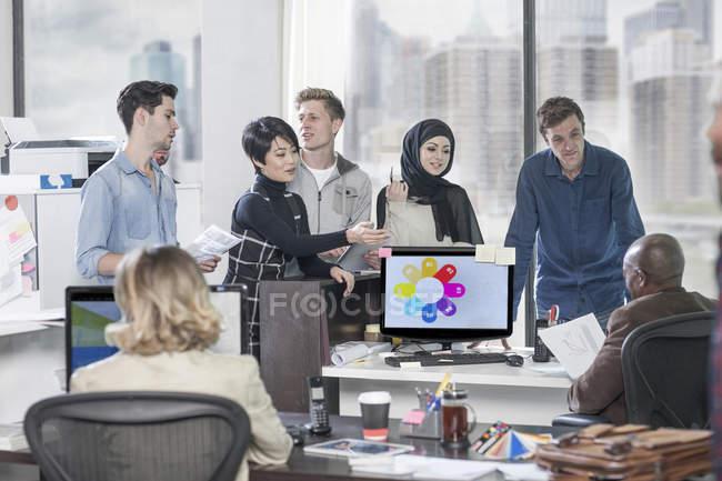 Femme d'affaires menant réunion informelle dans le bureau moderne — Photo de stock