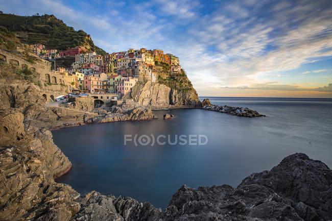 Itália, Ligúria, província de La Spezia, vista da cidade de Manarola ao pôr do sol — Fotografia de Stock